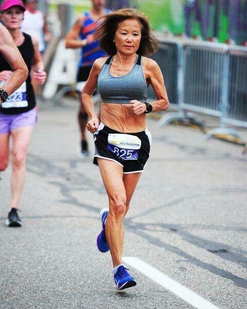 """คุณยายจินนี่ """"Jeannie Rice"""" วัย 71 ปี วิ่งฮาล์ฟมาราธอน"""