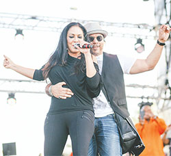 Howard Hewitt joins Sheila E onstage on March 21.(KIM GIBSON/FLORIDA COURIER)