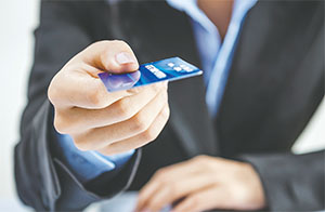 A growing number of Americans say they whip out a credit or debit card even when spending less than $5, according to a CreditCards.com survey.(FOTOLIA/TNS)