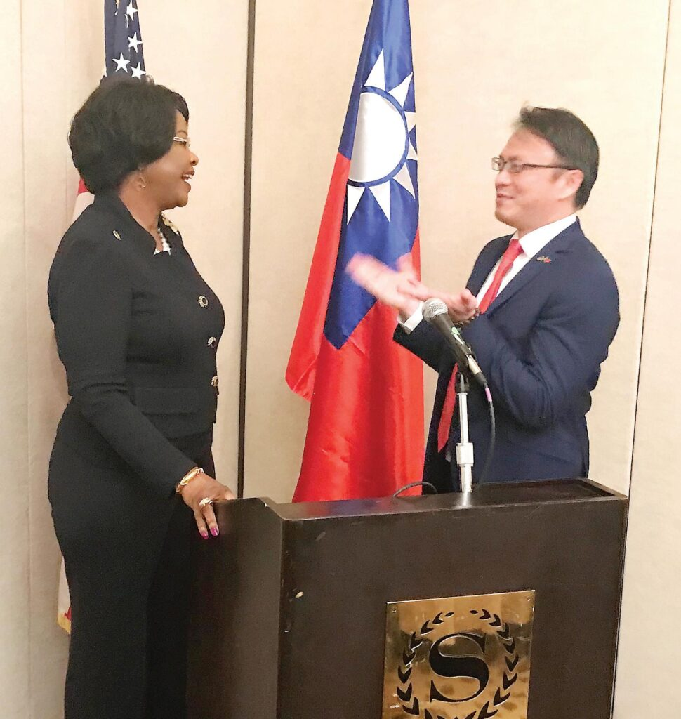 Ambassador  Dr. Arikana  ChihomboriQuao, the  former African  Union diplomatic representative to the  U.S., speaks to  Director General David K.  C. Chien of the  Taipei Economic and Cultural  Office in Miami.