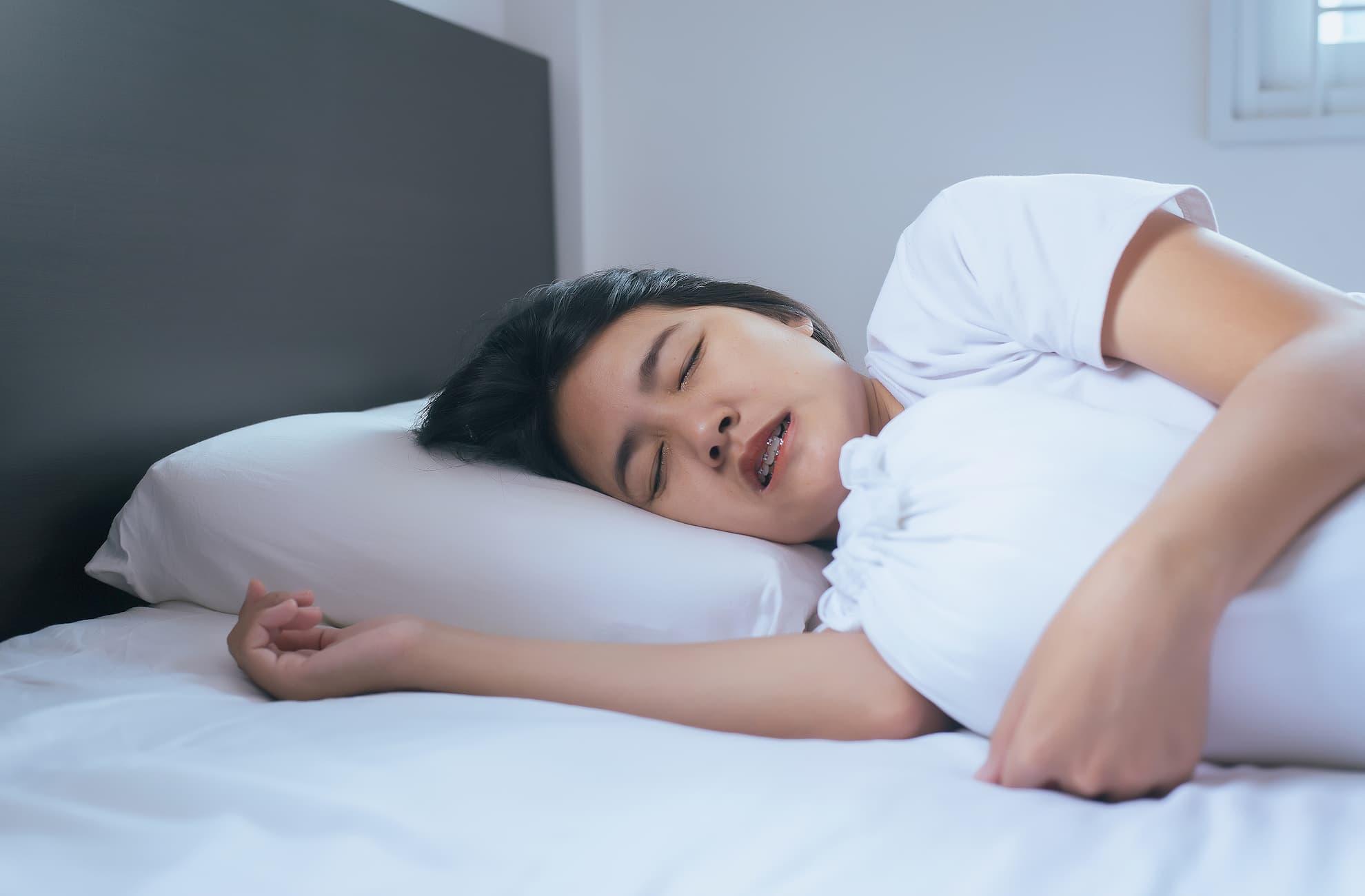 Women-Sleeping-On-The-Bed