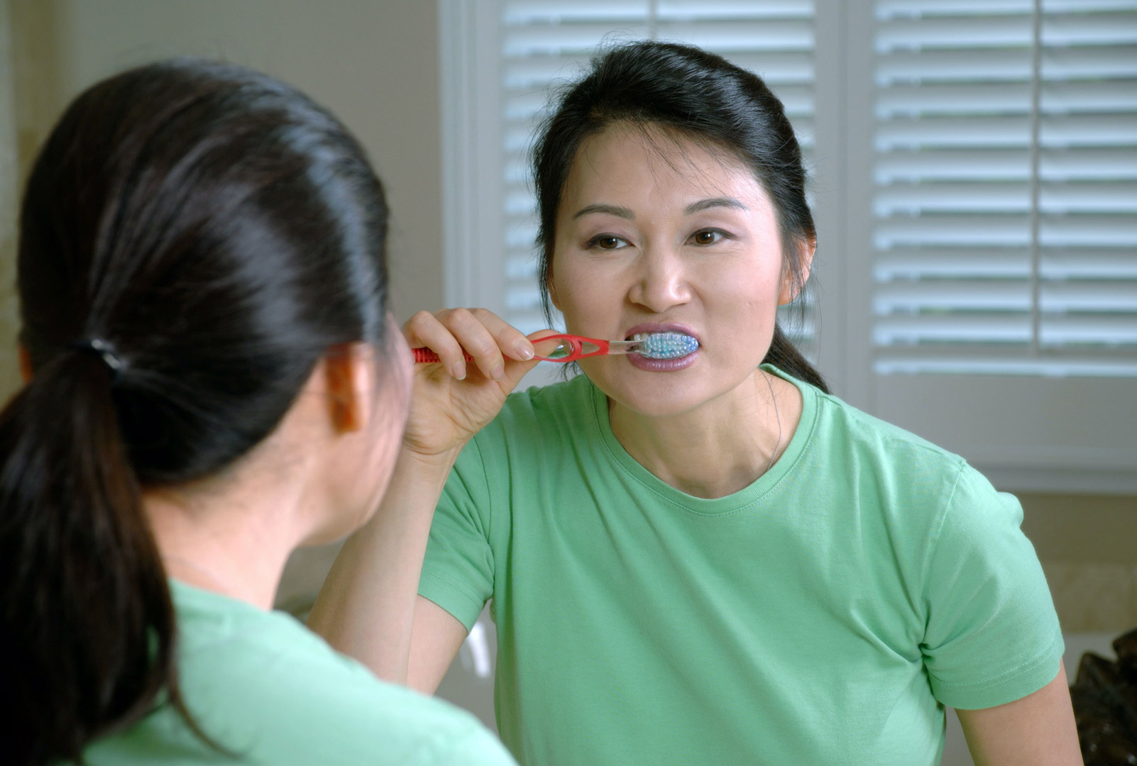 woman-brushing-her-teeth