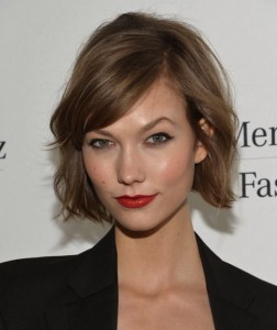 Love this piecy bob! Karli Kloss looks sophisticated and flirty~ definitely one of our favorite looks!