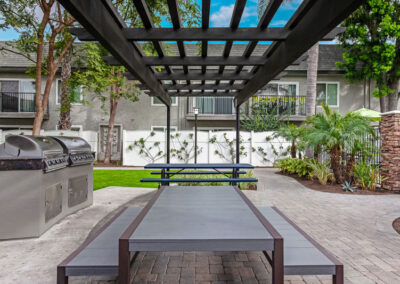 Beachwood Apartments patio/picnic area