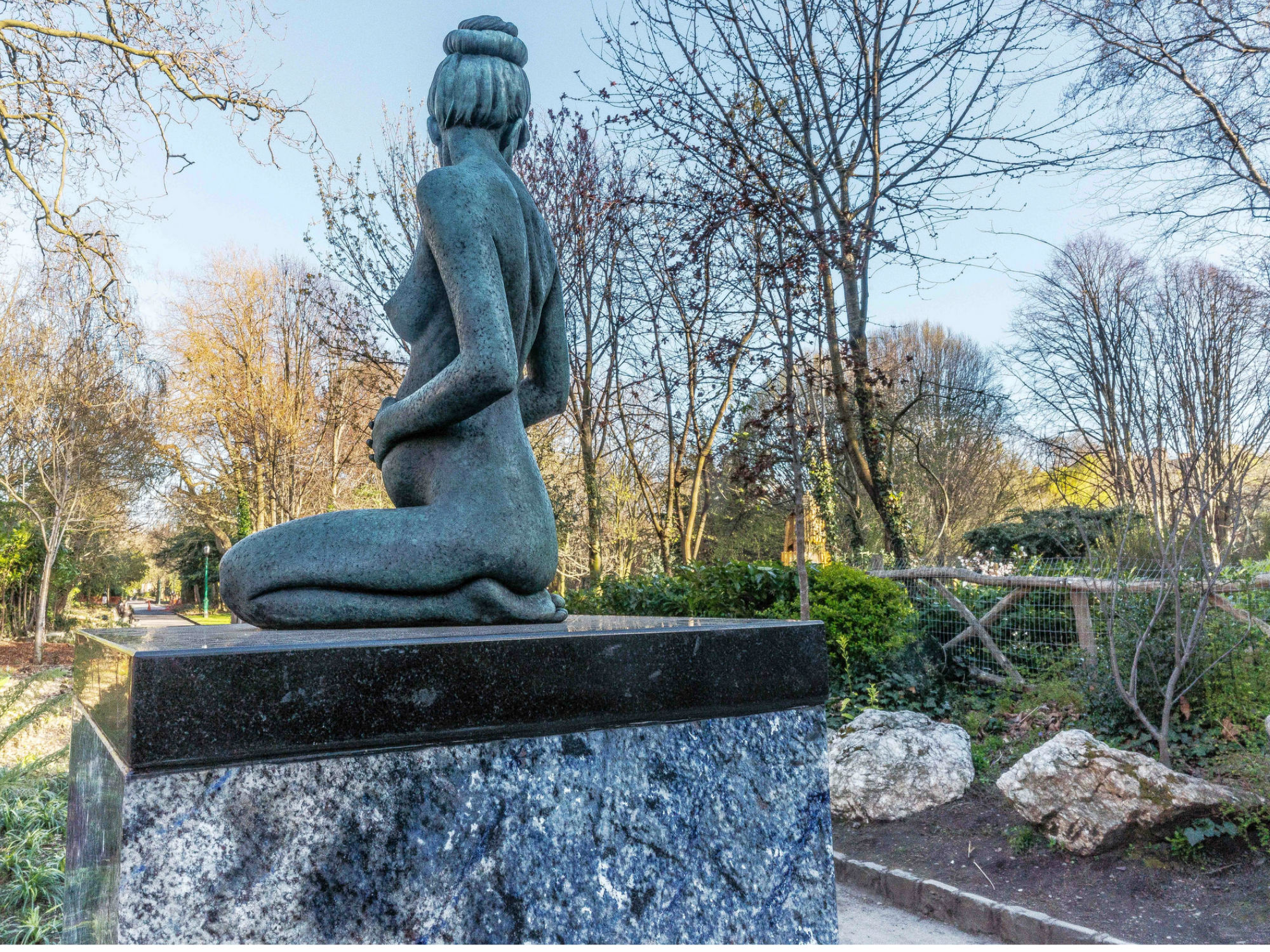 statue of oscar wilde's pregnant wife merrion square in dublin