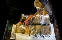 Venezuela sold US $ 570 million in gold - Members of the military transport agency are preparing to load gold bars in an armored vehicle for transport to the Central Bank of Venezuela, in Caracas. Image Credit: Bloomberg, 2019.