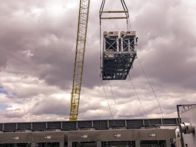 crane_bringing_rooftop_units_telx_digital_realty_HVAC_nj_Crane