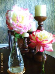 I still love candles and flowers (like these from my garden) !