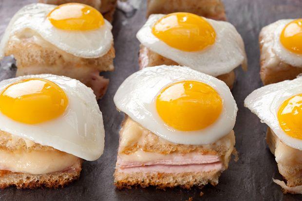Croque madame servido com ovo.