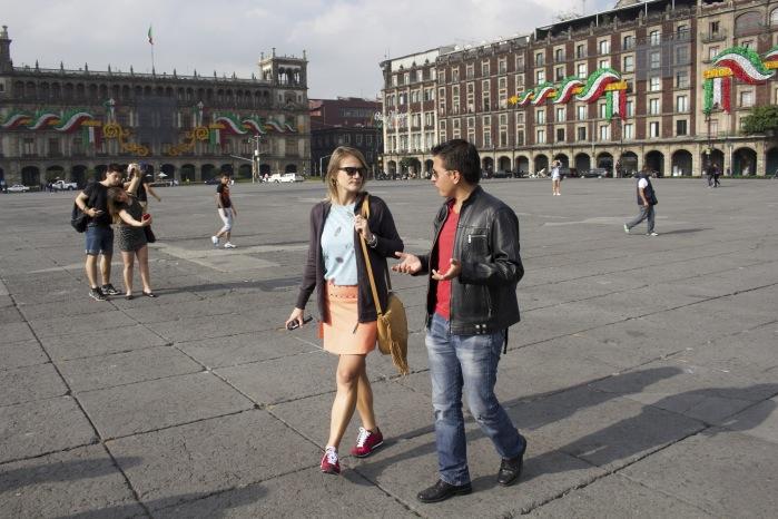 Eu e o guia Alan na praça Zócalo - coração da Ciudad de México.