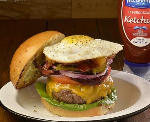 Aussie Burger: Hambúrguer de fraldinha com relish de abacaxi, beterraba em conserva, pickles, tomate, alface e ovo frito, no pão de hambúrguer - R$ 32 - 7ª Edição SP Burger Fest