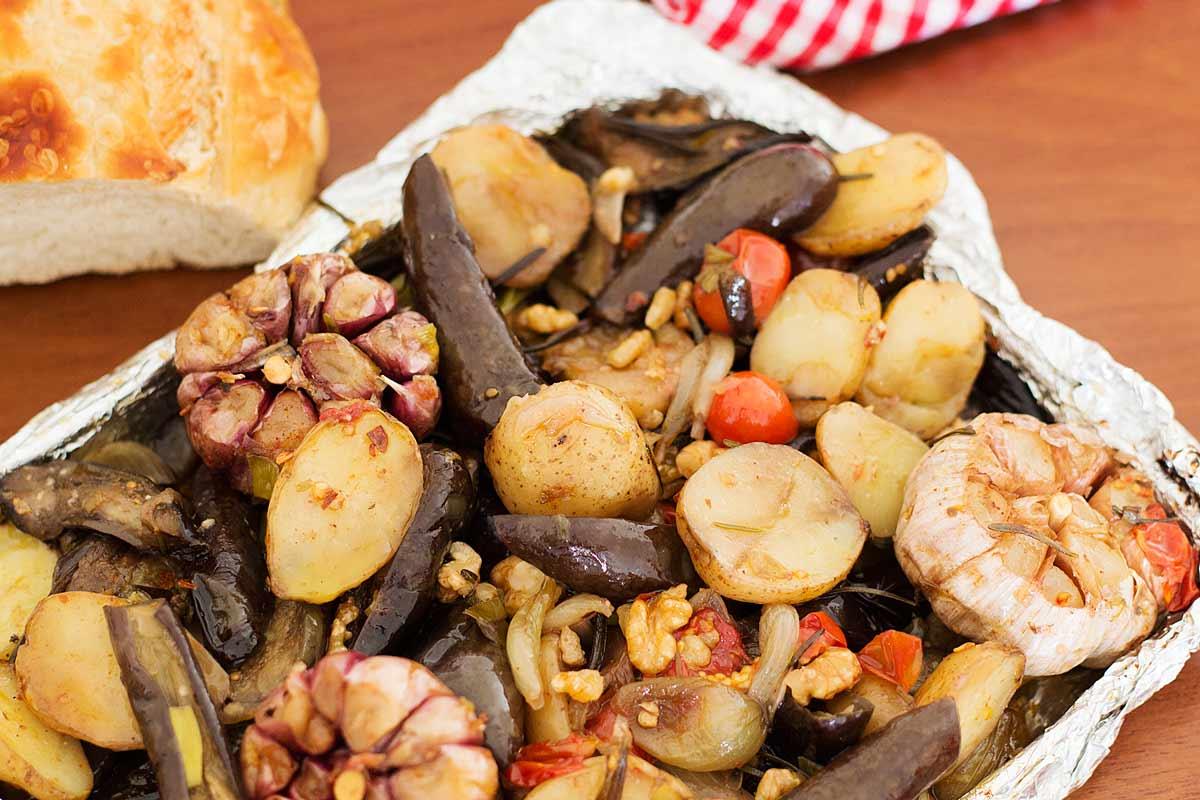 Foto dos legumes perfumado ao alho e ervas ao forno