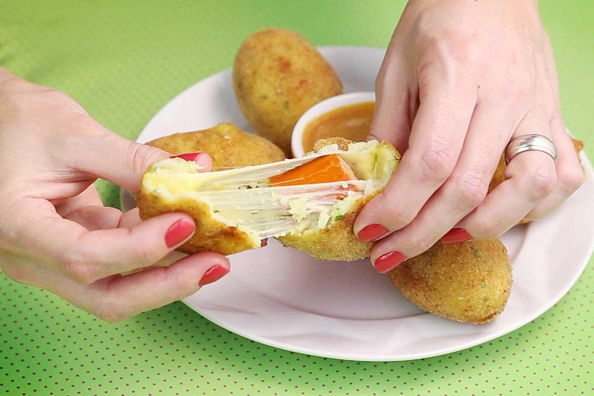bolinho de arroz com purê de batata recheado de salsicha e queijo