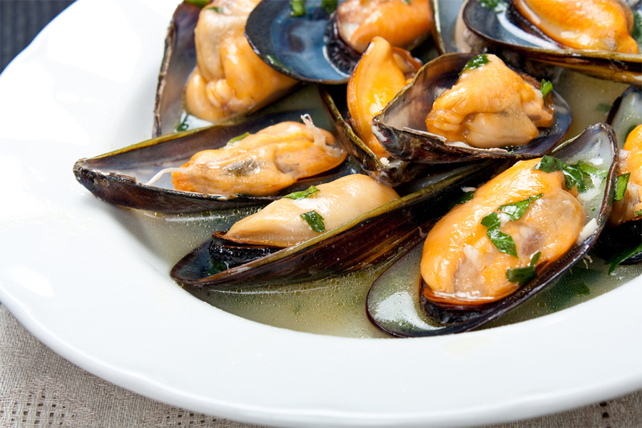 Bowl of steamed mussels with garlic and white wine