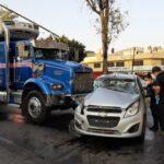 Tráiler choca contra auto dejando un muerto en Tlalnepantla