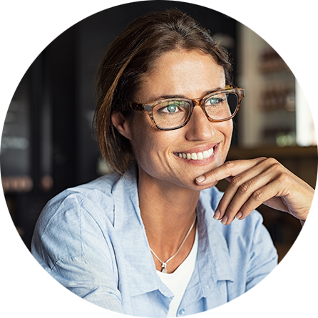 smiling-woman-wearing-spectacles-86MH5PE