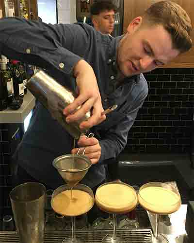 Barman-pouring-opt