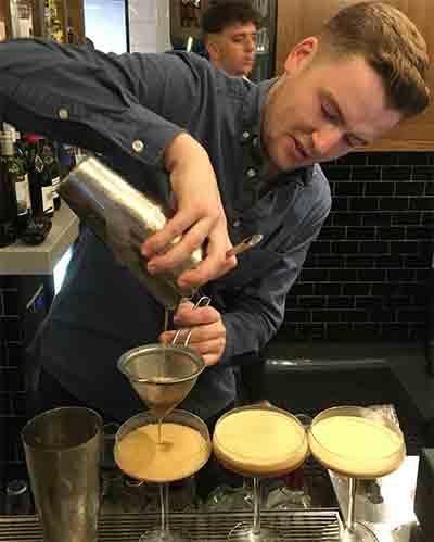 Barman-pouring-opt