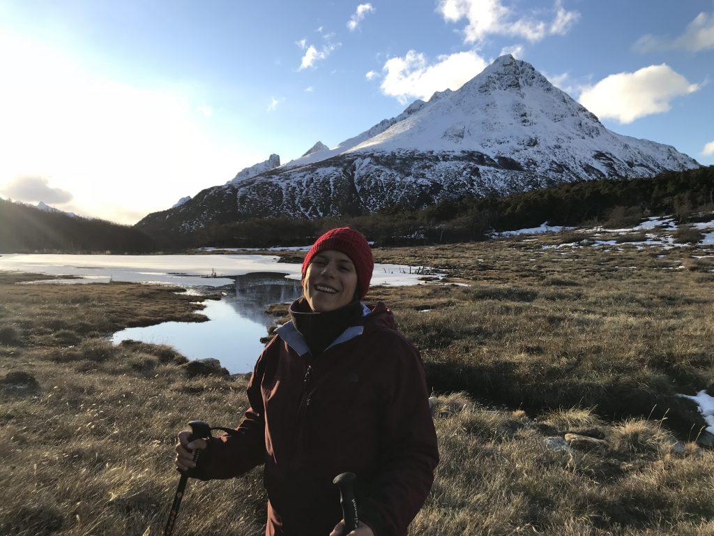Marcela com o as montanhas nevadas da senda achemos ao fundo