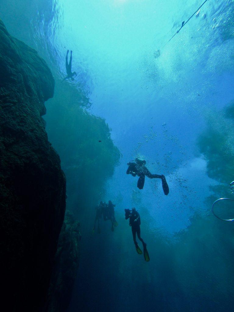 Mergulhadores na Lagoa Misteriosa