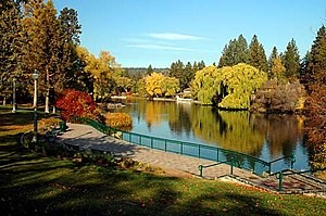 picture of river and trees in fall in bend oregon