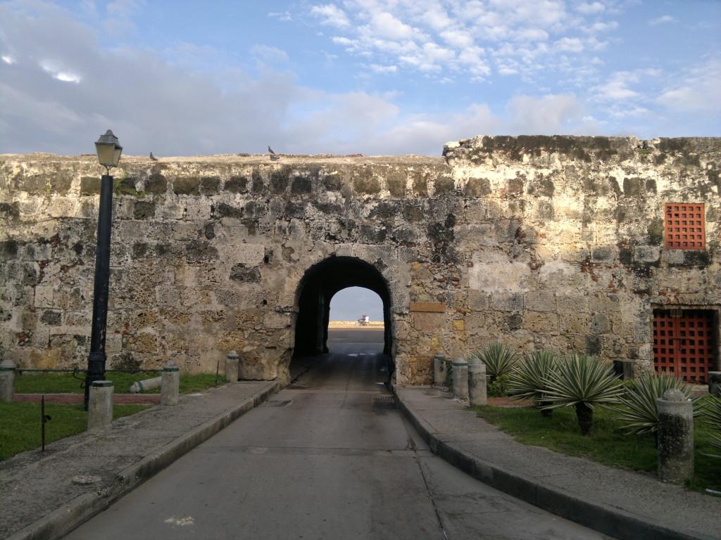 Puerta_de_santo_Domingo._Cartagena._Colombia