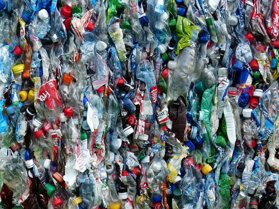 plastic-bottles-115077_1920