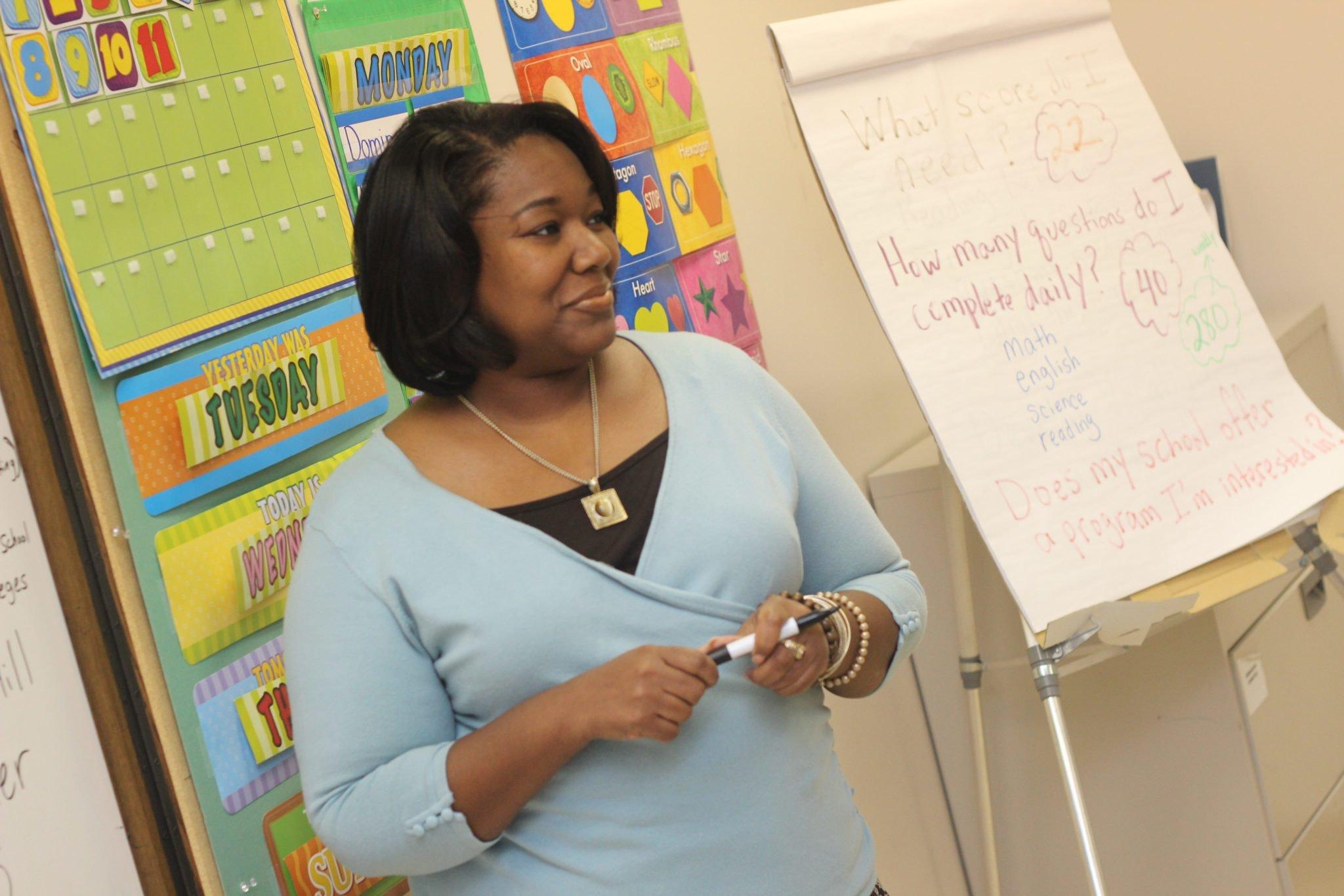photo-of-woman-teaching-935943