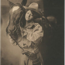 Cowgirls in the early 20th century (5)