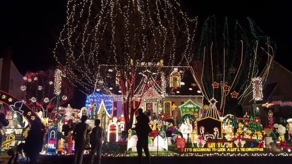 discover-the-best-christmas-lights-around-richmond-with-the-tacky-light-tour-fro-5a0e51c718b47 (1)