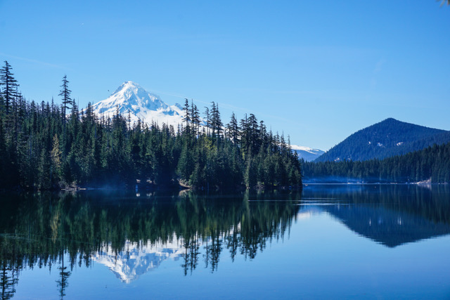 Mountain and lake in the Pacific Northwest