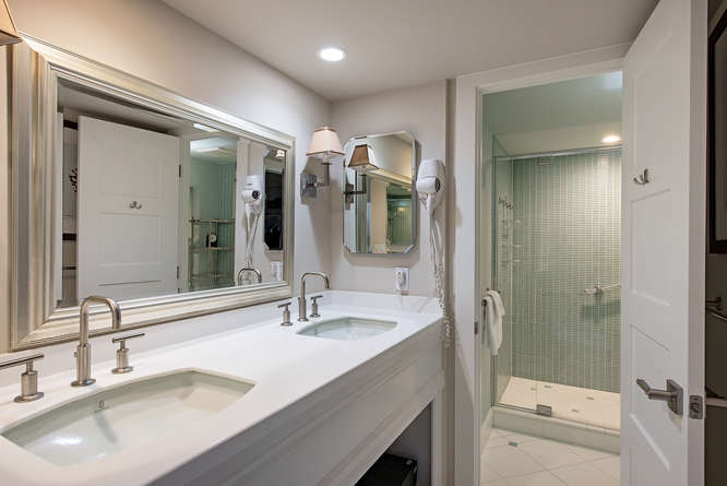 3115 Gulf ShoreBlvd N 608-small-020-016-MasterBath-666x445-72dpi