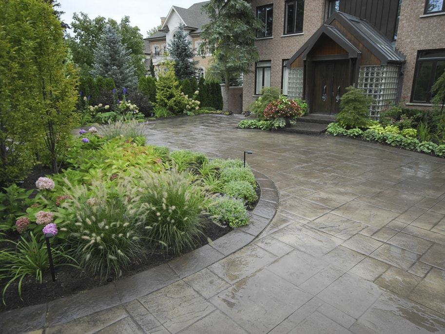 service: maintenance. driveway with well kept flower beds