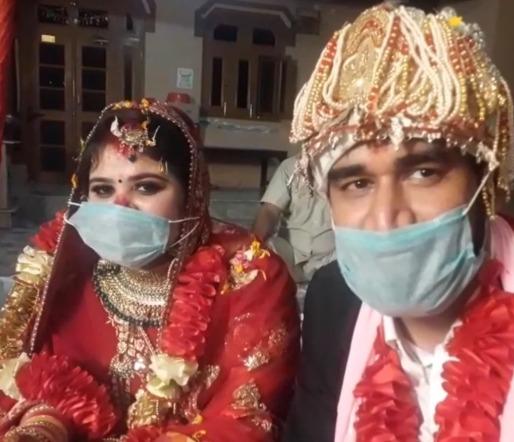 शादी का मंडप सजा है, बैंड है न बाजा और न ही बारात, पंडित सहित दूल्हा और दुल्हन के मुंह पर मास्क बंध कर की शादी