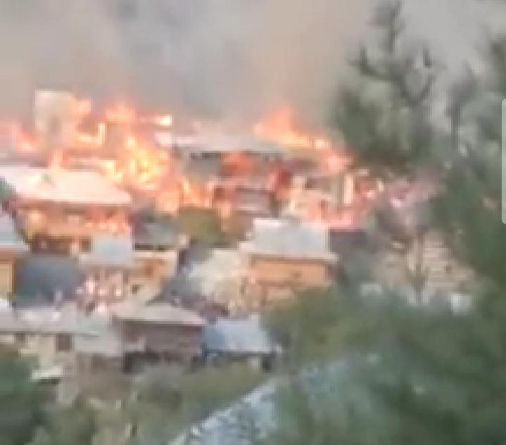 लकड़ी के बने काष्ठकुणी शैली के मकान धू-धूकर जल गए