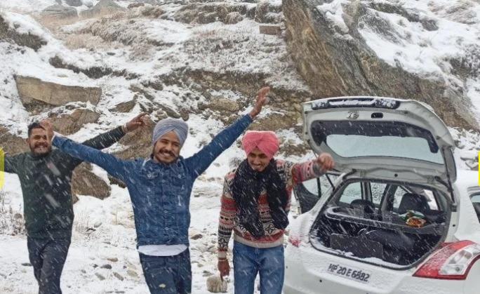 प्रदेश के कई पर्यटन स्थलों पर सर्दियों के मौसम का पहला हिमपात हुआ