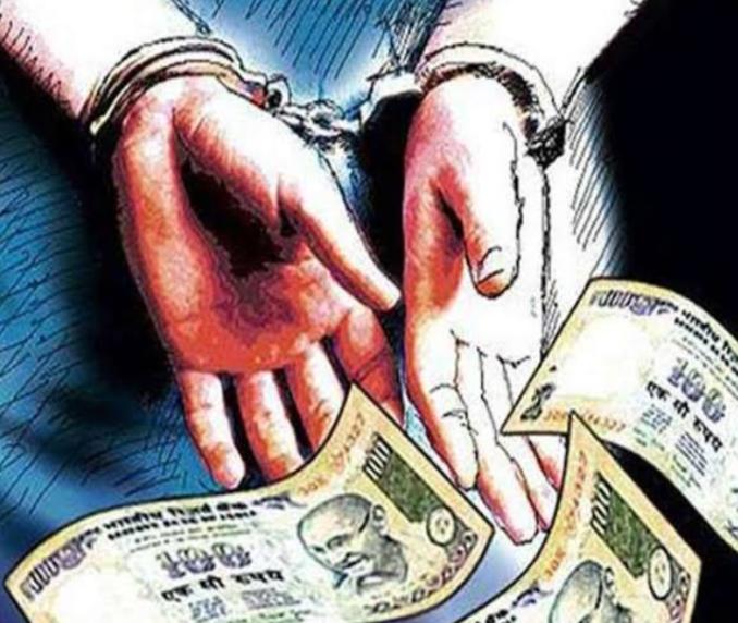सरकारीकर्मचारी 50 हजार की डिमांड करने वाले ब्लैकमेलर को विजिलेंस ने रिश्वत लेते रंगे हाथ पकड़ा