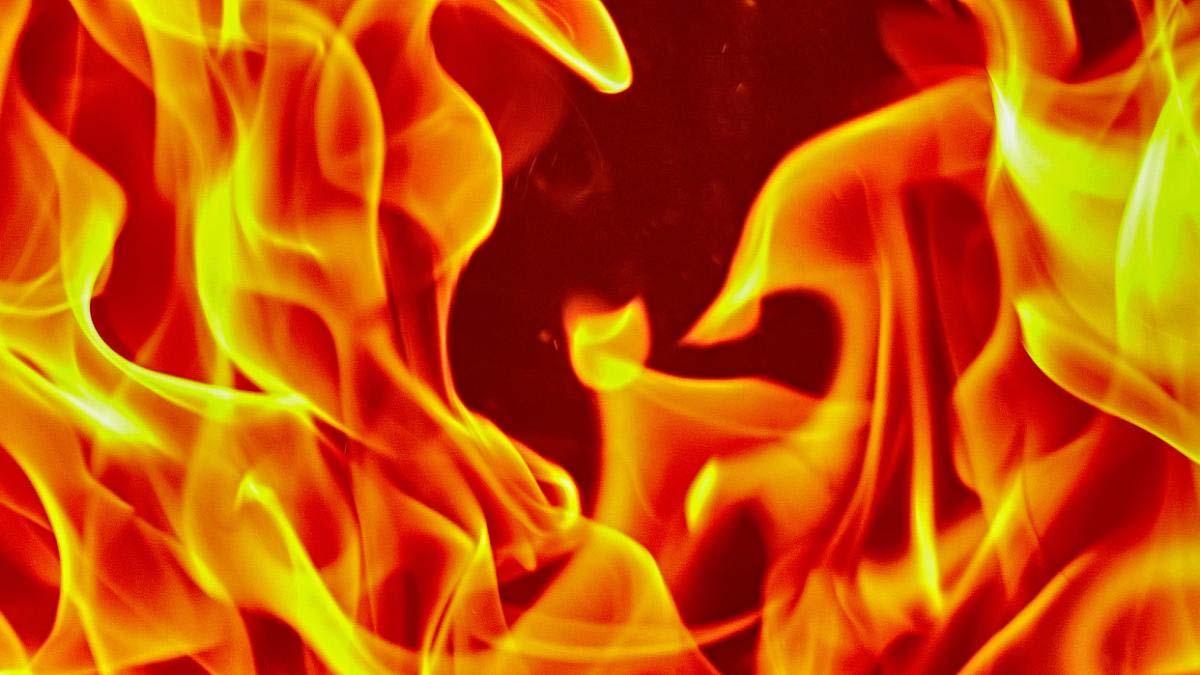 आग लगने से तीन मंजिला लकड़ी का मकान जलकर राख,आठ लाख रुपये का हुआ नुकसान