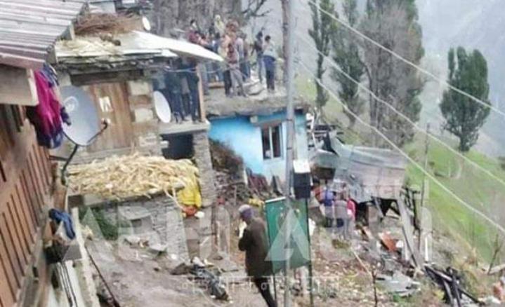 एक घर में लगी आग,दो बच्चों के साथ चार लोगों की दम घुटने से मौत ,9 मवेशी जिंदा जल जले