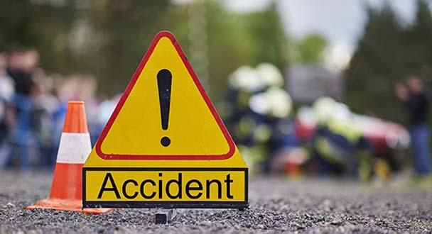 बाइक-ट्रक में जोरदार टक्कर, बाइक ड्राइवर की मौत, एक अन्य गंभीर घायल