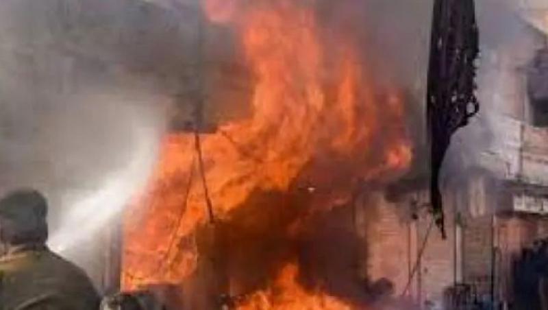 देर रात आग लगने से दो दुकानों के अलावा एक मोटरसाइकल जलकर राख