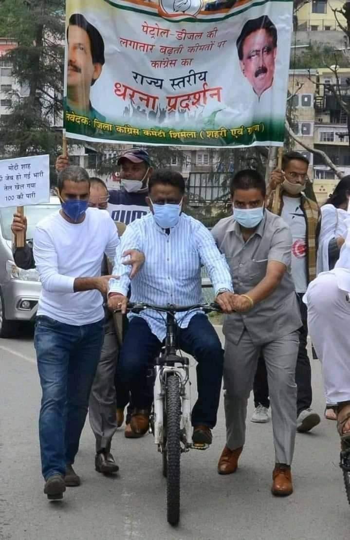 लाचार कांग्रेस , प्रदेश अध्यक्ष को साईकल पर भी कार्यकर्ताओं का सहारा
