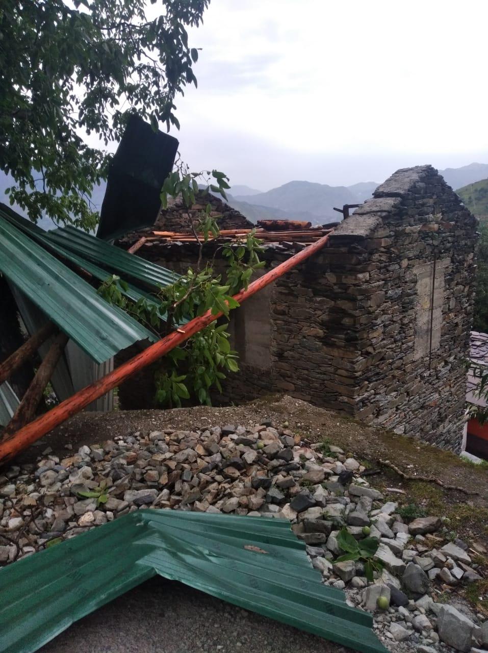 गिरिपार क्षेत्र में तेज आंधी तूफान ने पहुँचाया भारी नुकसान