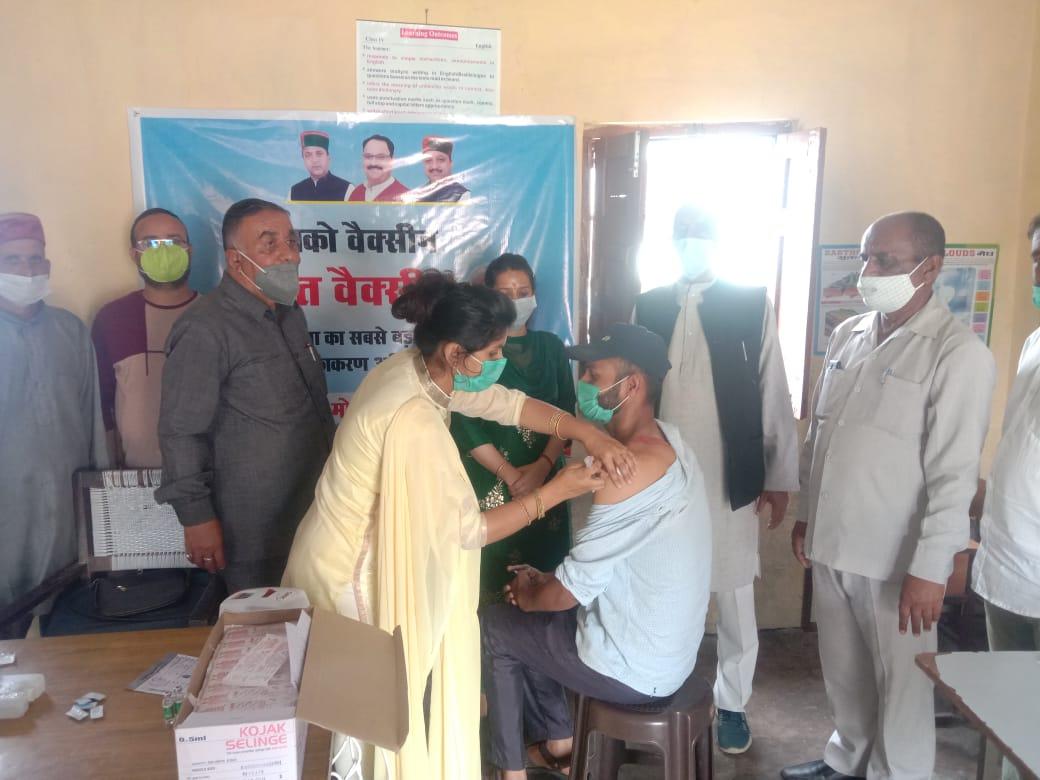 पंचायत समिति अध्यक्ष व पूर्व विधायक के साथ लोगों को वैक्सीनेशन के प्रति किया जागरूक