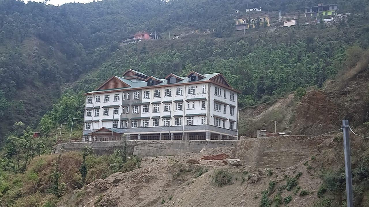 संबंधित अधिकारियों, ठेकेदार तथा सरकारी लापरवाही से दस साल मे भी अस्पताल भवन तैयार नही हो सका