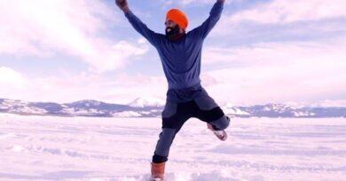 ویکسین لگنے کی خوشی میں 'ٹیچر' کی برفیلی جھیل پر بھنگڑے کی ویڈیو وائرل