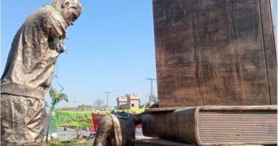 ڈسکہ میں مجسمے کی توڑ پھوڑ: بچی کا سر، استاد کا ہاتھ کس نے اور کیوں کاٹا؟