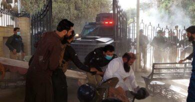 بلوچستان بجٹ اجلاس میں بھی ہنگامہ: دھکم پیل، گیٹ پر تالے اور بکتر بند گاڑی کی آمد