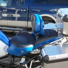 BMW R1200GS LC: Solo with RCP Built-in Drivers backrest and pouch, Graphite Leather inserts with Blue vinyl sides and Halfmoon pattern
