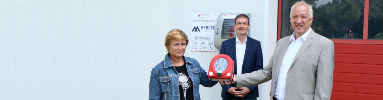 André Listemann, Managing Director of Mercer Stendal, handing off one of the layman defibrillators to the Björn Steiger Foundation for the Heart Safe Community Arneburg-Goldbeck project